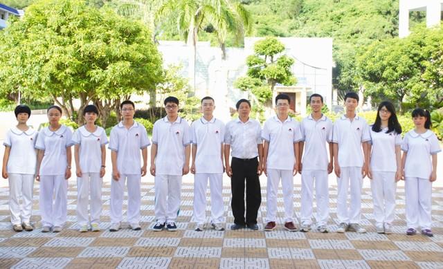 董事长郑立平先生与2013年考上北大、清华的学生合影